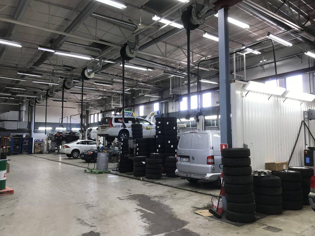 Lagerlokal där däckbyte på bilar genomförs